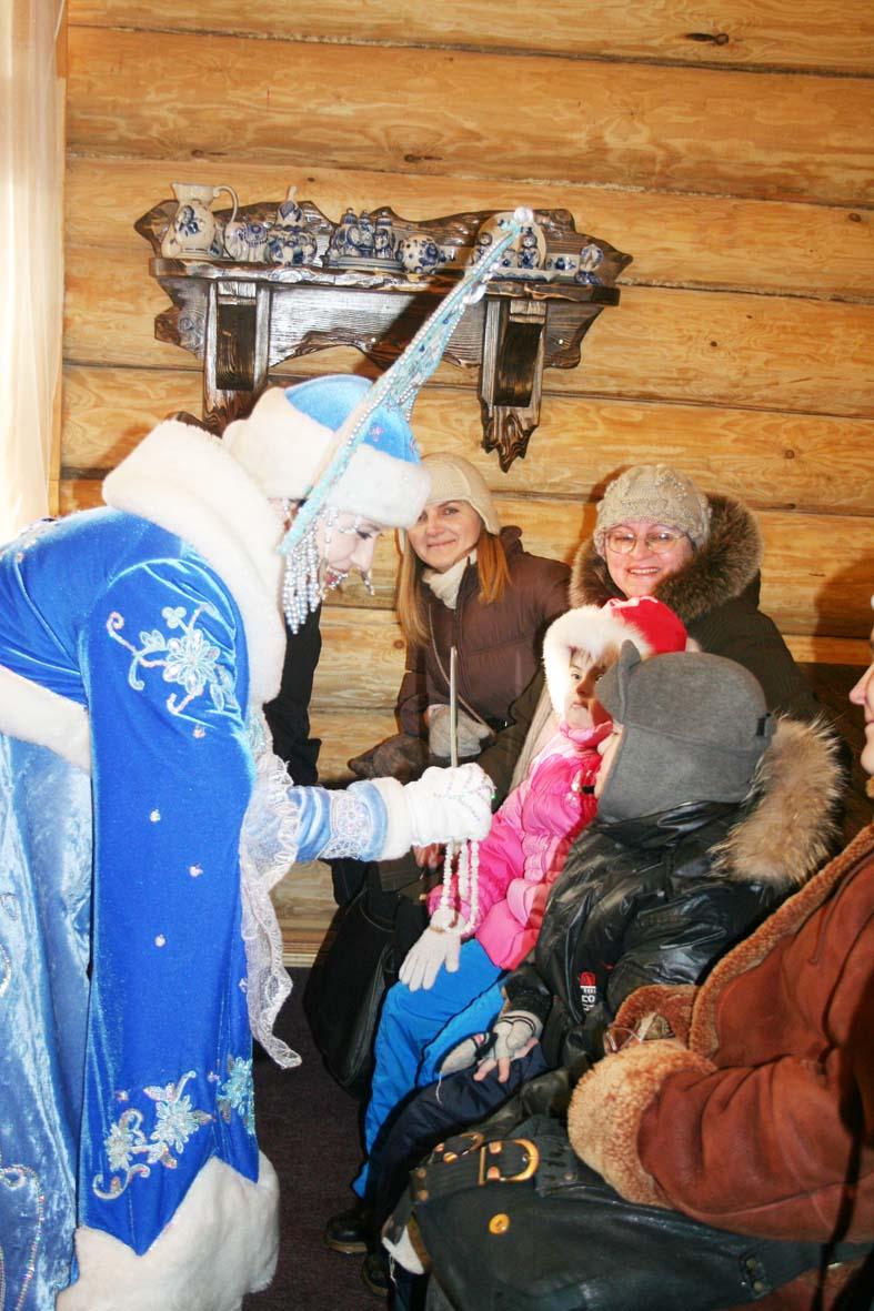 Снегурочка собирает детские улыбки.
